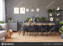 Lampen über Dem Esstisch Aus Holz Und Schwarz Stühle Grau