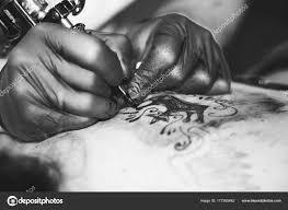 женщина мастер тату на спине стоковое фото Venerala 177285642