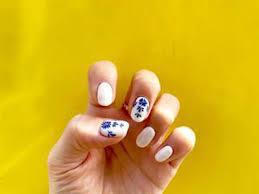 白と青がレトロな魅力夏にぴったりの陶器ネイルが可愛いってウワサ