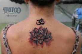 татуировка на спине у девушки символ ом и лотос фото рисунки