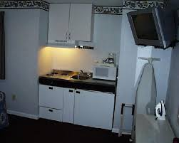 The Rocky River Inn: A kitchenette is on one side of the room