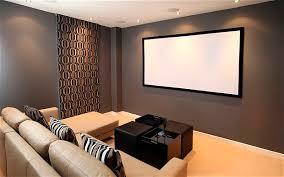 Não é preciso muito para substituir a tv lá de casa por um projetor: Confira Como Ter Uma Sala De Cinema Em Casa Sem Gastar Muito Catran Blog