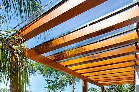 Claraboia (telhado de vidro) a claraboia ou telhado de vidro também é conhecida como cobertura de vidro e tem sido muito utilizada em casas e espaços comerciais por arquitetos e engenheiros. Pros E Contras Da Cobertura De Vidro Para Pergolado Cobrire Construcoes Em Madeira