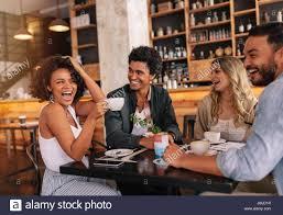 drinking coffee with friends. Modren Friends Heureux Les Jeunes Gens Assis Autour De Cafe Table Et Boire Du Caf Groupe  Multiracial For Drinking Coffee With Friends