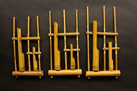 Angklung merupakang alat musik tradisional yang berkembang dalam masyarakat sunda dan beberapa bagian di pulau jawa. 10 Alat Musik Melodis Yang Perlu Kamu Ketahui Bukareview