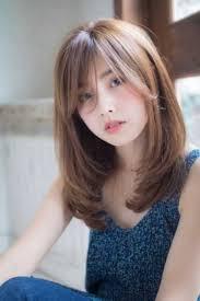 Gaya rambut yang disebutkan tadi, akan cenderung terlihat terkesan lebih berat dan membebani wajah ke bawah jika helai rambut sudah mulai bertambah panjang. 50 Trend Model Rambut Layer Panjang Dan Pendek Sebahu Update 2020