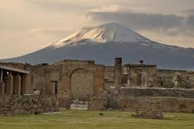 Where is Pompeii, what was found in 1748 and how many were killed when  Mount Vesuvius erupted?
