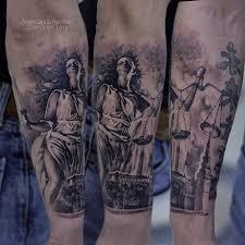 фото мужской татуировки на руке в стиле реализм графика по