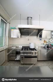 In Der Küche Mit Grossen Kachelofen Und Einem Topf
