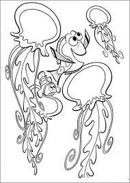 Disegno Di Dory Gioca Con Delle Pericolose Meduse Da Colorare