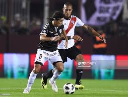 Daniel Vega of Platense fights for the ball with Jonathan Maidana of...  Nachrichtenfoto - Getty Images