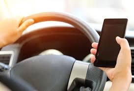 Resultado de imagem para foto de motorista ao celular