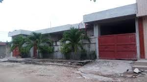 a l entrée on a une villa de 3 pièces et un salon derrière la villa il y a 6 chambres salons a vendre