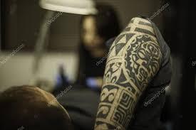 Detailní Záběr Kmenových Tetování Rameno Klienta V Tetovací Studio