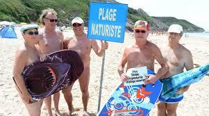 Amateur nu sur la plage