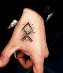кельтская руна на кисти парня татуировка фото рисунки эскизы