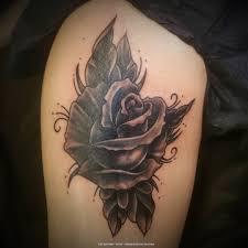 татуировка роза на бедре черный белый и грейвоши от Worldfamous