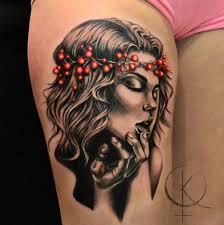 девушка с венком на голове из ягод тату на бедре сделать тату у