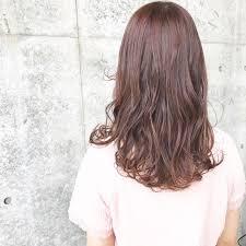 フェミニンな髪色でモテを目指すピンクアッシュでつくるスウィートヘア