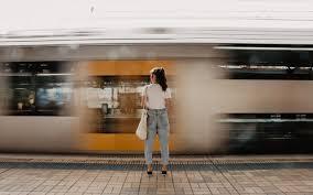 通勤・通学中にできる♪腹筋を日常生活で簡単に鍛える方法 | CanCam.jp(キャンキャン)