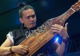 Umumnya alat musik ini digunakan oleh suku dayak untuk dapat mengiringi prosesi acara adat serta mengikuti acara atau tarian tradisional. Egindo Alat Musik Petik Tradisional Suku Dayak