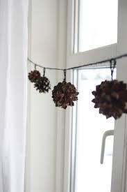 Zapfen An Einer Schnur Binden Als Fensterdeko Winterdeko