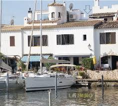 maison de pêcheur rénovée avec amarre pour voilier sur l île de carthago empuriabrava