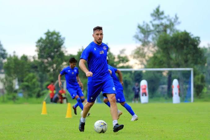 Pemain asing Arema FC asal Argentina, Jonathan Bauman latihan perdana nutuk persiapan musim 2020 di Lapangan Dirgantara Pakis, Jawa Timur, Kamis (31/01/2020) sore.