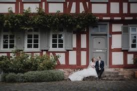 Dieses brautkleid bringt die kurven perfekt zur geltung. Hochzeit Kirchliche Trauung In Frankfurt Feier In Grundau A M Timo Raab Fotograf Hochzeitsfotograf Aschaffenburg