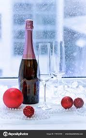 Zwei Gläser Eine Flasche Rose Sekt Und Christbaumschmuck