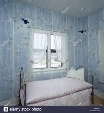 Blaue Tapete In Den Achtziger Jahren Mit Patchwork Quilt Und Bettdecke Auf  Kleine Schmiedeeisen Bett Schlafzimmer