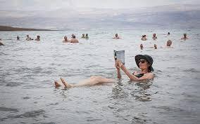 Apa sih Penyebab Kita Bisa Mengapung di Laut Mati?