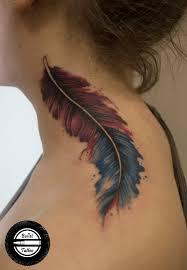 татуировка на шее у девушки перо фото рисунки эскизы