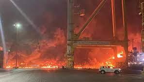 بالفيديو- انفجار على متن سفينة تجارية بميناء جبل علي في دبي... المنازل  اهتزّت ولا ضحايا