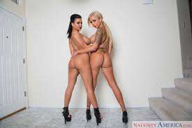 Nina Elle and Luna Star in 2 Chicks Same Time VR Porn Love