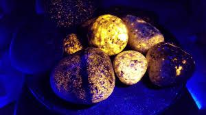 Sodalite Uv Light These Beautiful Fluorescent Rocks Glow Under Uv Light