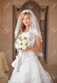 美しい花結婚式のメイク髪型ブライダル ベールの花束と笑顔花嫁の