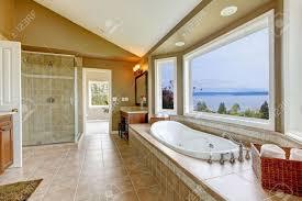 Großes Bad Mit Blick Aufs Wasser Tun Und Luxus Badezimmer Interieur