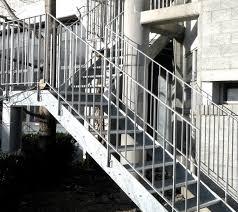 Podest mit treppe und geländer. Treppen Keller Kirchberg