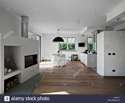 Moderne Esszimmer Mit Küche Und Kamin Stockfoto Bild