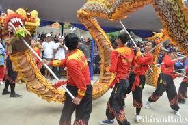 Anton, the doyen of sasana naga langit, lion dance performances vs. Barongsai Dan Kuda Renggong Ramaikan Festival Bauran Pikiran Rakyat Com