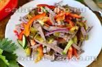 Салат с говядиной и маринованными огурцами и сыром