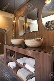 Badezimmer Aus Holz Design Mit Morrows Und Handtücher Lizenzfreie