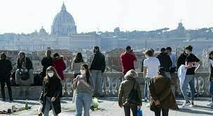 Zona bianca, l'Italia è quasi libera: da oggi coprifuoco alle 24. Ma, dalle  feste alle tavolate, rimangono i divieti