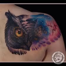 татуировка на лопатке у девушки сова и часы фото рисунки эскизы