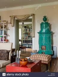 Antike Keramik Ofen Im Wohnzimmer Mit Gestreiften
