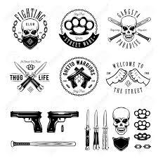 Gangster Labels Badges Emblèmes Des éléments De Conception Fixés Citations De Style Gangsta Une Vie Dure Reste Vrai Guerres De Rue Arme