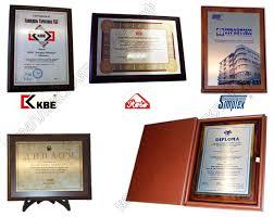 Диплом на металле плакетке заказать металлический сертификат Все наши дипломы на металле смотрятся одинаково красиво Используя японские и английские материалы производя на профессиональном итальянском оборудовании