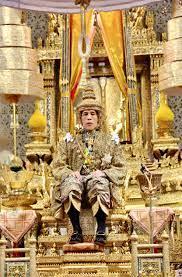 พระบาทสมเด็จพระเจ้าอยู่หัวเสด็จออกมหาสมาคม สมเด็จพระเทพฯ  เป็นตัวแทนพระบรมวงศานุวงศ์ถวายพระพรชัยมงคล