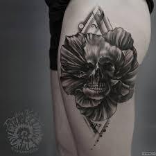 череп в цветке тату на бедре у парня добавлено иван вишневский